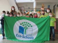 Žáci s vlajkou Ekoškoly